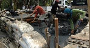 Pekerja memisahkan pasir dari lumpur di tempat penambangan pasir endapan di Desa Pontang Legon, Kecamatan Pontang, Serang, Banten, Kamis (23/10)