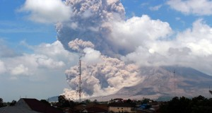 Gunung Sinabung kembali meluncurkan awan panas ketika terlihat di Desa Surbakti, Simpang Empat, Karo, Sumut, Jumat