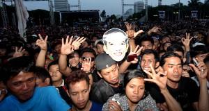 Ribuan relawan dan masyarakat menghadiri Syukuran Rakyat di Silang Monas, Jakarta, Senin (20/10).
