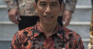 Presiden Joko Widodo bersiap berfoto bersama dengan para menteri Kabinet Kerja di Istana Merdeka, Jakarta, Senin (27/10).