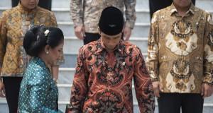 Presiden Joko Widodo (kedua kanan) dan Ibu Negara Ny. Iriana Widodo (kiri bawah) bersiap berfoto bersama dengan para menteri Kabinet Kerja di Istana Merdeka, Jakarta, Senin (27/10).