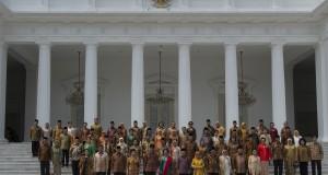 Presiden Joko Widodo (kelima kiri bawah), Wakil Presiden Jusuf Kalla (keenam kanan bawah), Ibu Negara Ny. Iriana Widodo (keenam kiri bawah) dan Ibu Mufidah Kalla (kelima kanan bawah) berfoto bersama dengan Menteri Kabinet Kerja beserta pendampingnya usai p