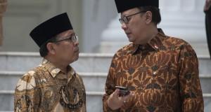 Menteri Sekretaris Negara Pratikno (kiri) berbincang dengan Menteri Dalam Negeri Tjahjo Kumolo (kanan) di Istana Merdeka, Jakarta, Senin (27/10).