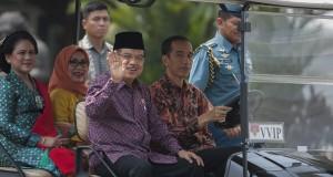 Presiden Joko Widodo (kedua kanan) bersama Wakil Presiden Jusuf Kalla (ketiga kanan), Ibu Negara Ny. Iriana Widodo (kiri) dan Ibu Mufidah Kalla (kedua kiri) menggunakan kendaraan khusus menuju lokasi berfoto bersama dengan Menteri Kabinet Kerja di Istana M
