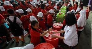 Sejumlah pelajar SD melakukan aksi cuci tangan pakai sabun dalam rangka memperingati Hari Cuci Tangan se-Dunia di Medan, Sumut, Jumat (31/10)