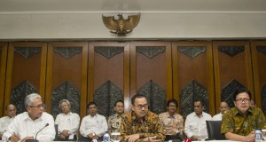 Menteri ESDM Sudirman Said (tengah) didampingi Sekjen Kemeterian ESDM Teguh Pamudji (kiri) dan Irjen Kementerian ESDM Mochtar Husein (kanan) menggelar jumpa pers pada hari pertamanya bekerja sebagai menteri di gedung Kementerian ESDM, Jakarta, Senin (27/10