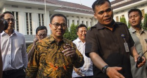 Menteri ESDM Sudirman Said (tengah) bersiap untuk memimpin rapat dan jumpa pers pada hari pertamanya bekerja senagai menteri di gedung Kementerian ESDM, Jakarta, Senin (27/10).