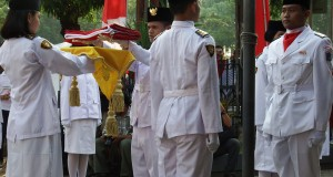 Pasukan pengibar bendera bersiap menaikkan Bendera Merah Putih di Museum Sumpah Pemuda di Jakarta, Selasa (28/10).