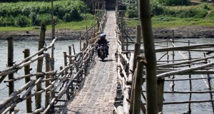 Warga melintas di jembatan darurat Sungai Brantas yang menghubungkan wilayah Warujayeng, Kabupaten Nganjuk dan wilayah Papar, Kabupaten Kediri, Jawa Timur, Rabu (29/10).
