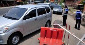 Petugas mengatur lalu lintas saat penutupan jembatan Comal, Pantura, Pemalang, Jateng, Rabu (22/10)