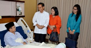 Presiden Joko Widodo (kiri) didampingi Ibu Negara Iriana Joko Widodo (tengah) bersama putri keduanya Kahiyang Ayu (kanan) menjenguk Presiden ke-3, BJ Habibie yang sedang dirawat di Paviliun Kartika Rumah Sakit Pusat Angkatan Darat (RSPAD) Gatot Soebroto