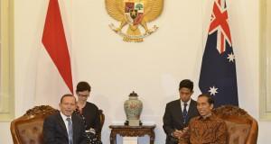 Presiden Joko Widodo (kanan) melakukan pertemuan dengan Perdana Menteri Australia Tony Abbott (kiri) di Istana Merdeka, Jakarta, Senin (20/10).