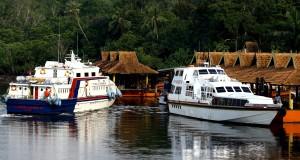 Kapal cepat rute Tanah Merah, Singapura - Nongsapura, Batam bersandar di Dermaga Pelabuhan Ferry Internasional Nongsapura, Batam, Kamis (23/10)