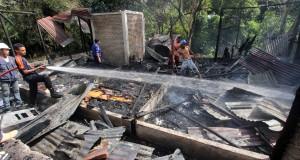 Sejumlah petugas pemadam kebakaran berusaha memadamkan api yang membakar satu unit rumah milik seorang anggota DPRD Kabupaten Maluku Tengah bernama Agus Rarsina, di Dusun Talaga Raja, Kelurahan Batu Gajah, Ambon, Maluku, Selasa (30/9).