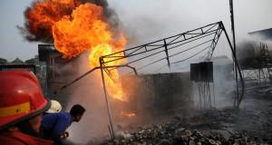 Petugas pemadam kebakaran berusaha memadamkan api di lokasi proyek pembangunan Tol Cijago, Depok