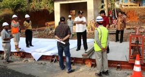 Plt Gubernur Banten Rano Karno (tengah) memberi arahan kepada staf dan pelaksana saat meninjau perbaikan jalan Banten Selatan di Kampung Manunjang, Saketi, Pandeglang, Banten.