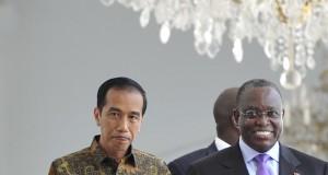 Presiden Joko Widodo (kiri) berbincang dengan Wapres Angola Manuel Domingos Vicente (kanan) seusai pertemuan di Istana Merdeka, Jakarta, Jumat (31/10).