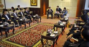 Ketua DPD Irman Gusman (kanan) menerima Utusan Khusus Presiden Republik Korea Kim Tae-whan (kiri) di ruang pimpinan DPD, Kompleks Parlemen Senayan, Jakarta, Selasa (21/10).