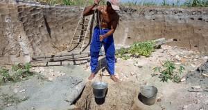 Seorang warga mengambil air di sumur yang dibuat di areal persawahan, di kawasan Kecamatan Kandat, Kediri, Jawa Timur, Selasa (30/9).