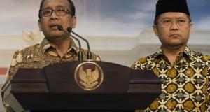 Mensesneg Pratikno (kiri) dan Menkominfo Rudiantara (kanan) memberikan keterangan pers usai sidang kabinet paripurna perdana Kabinet Kerja yang dipimpin Presiden Joko Widodo di Kantor Kepresidenan, Jakarta, Senin (27/10).