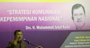 Wakil Presiden terpilih Jusuf Kalla menyampaikan paparan di hadapan mahasiswa saat mengisi kuliah umum di Universitas Gunadarma, Depok, Jawa Barat, Kamis (9/10)