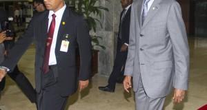 Presiden Rwanda Paul Kagame, berjalan meninggalkan gedung seusai menggelar pertemuan dengan Ketua DPD Irman Gusma di Kompleks Parlemen, Senayan, Jakarta, Jumat (31/10)