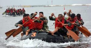 Ratusan prajurit Korps Marinir TNI AL melakukan start dayung perahu karet saat mengikuti lomba Binsat Kormar tahun 2014 di Pantai Marina Ancol, Jakarta Utara, Kamis (30/10).