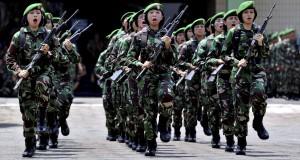 Prajurit TNI dari Korps Wanita Angkatan Darat (Kowad) berbaris sambil membawa senjata saat mengikuti Lomba peraturan baris berbaris (PBB) Bersenjata di Markas Kodam IV Diponegoro, di Semarang, Jateng, Rabu (1/10).
