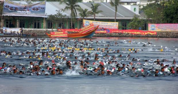 Ratusan prajurit Korps Marinir TNI AL melakukan start renang laut saat mengikuti lomba Binsat Kormar tahun 2014 di pantai Marina Ancol, Jakarta Utara, Rabu (29/10).