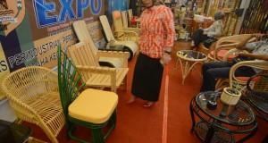 Pengunjung memperhatikan mebel terbuat dari papan rotan yang dipamerkan pada Palu Expo 2014 di Palu, Sulawesi Tengah, Selasa (30/9).