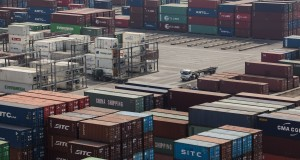Suasana pelabuhan peti kemas Jakarta International Container Terminal (JICT), Tanjung Priok, Jakarta Utara, Rabu (8/10).