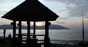 Pengunjung menikmati panorama laut saat matahari terbenam di kawasan wisata Sabang, Provinsi Aceh. Rabu (22/10).