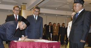 Ketua KPK Abraham Samad menandatangani berita acara pelantikan Himawan Adinegoro (kanan) sebagai Sekretaris Jendral KPK di Gedung KPK, Jakarta, Senin (27/10).