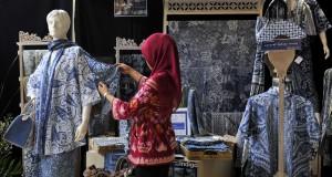 Pengunjung mengamati batik indigo dalam Pameran Batik Warisan Budaya VII di Kementerian Perindustrian, Jakarta, Selasa (30/9).