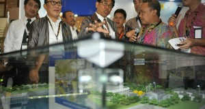 Wakil Menteri ESDM Susilo Siswoutomo (tengah) meninjau Pameran Kelistrikan Indonesia di Jakarta, Rabu (1/10).