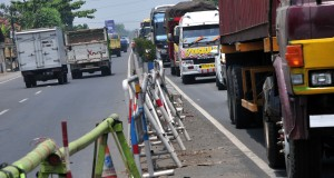 Kendaraan terjebak macet untuk melintasi jembatan Comal sebelah Selatan,