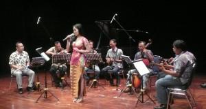 """Sebuah grup musik keroncong menampilkan sebuah komposisinya berjudul """"Kangen"""", karya Dony Koeswinarno, yang diinspirasikan dari sebuah puisi karya penyair W.S. Rendra, pada acara Pekan Komponis Indonesia 2014, di Teater Kecil, TIM, Jakarta"""