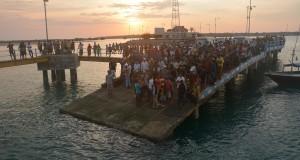 Sejumlah warga menunggu kedatangan mayat korban kapal tenggelam di Pelabuhan Raas, Sumenep, Jawa Timur, Rabu (8/10).