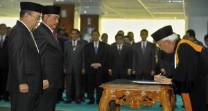 Wakil Ketua MA Bidang Yudisial, Muhammad Saleh (kanan) menandatangani dokumen pelantikan Ketua dan Wakil Ketua Badan Pemeriksa Keuangan (BPK) Harry Azhar Aziz (kiri) dan Sapto Amal Damandari (kanan) di Sekretariat Mahkamah Agung (MA), Jakarta, Selasa (28/1