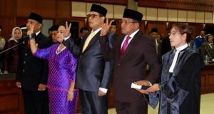 Empat pimpinan DPRD Maluku mengucapkan sumpah saat pelantikan yang berlangsung di Baileo Rakyat Karang Panjang, Ambon, Maluku, Rabu (29/10).