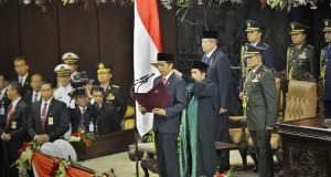 Presiden Terpilih Joko Widodo mengucapkan sumpah jabatan saat pelantikannya di Gedung Nusantara I, Kompleks Parlemen Senayan, Jakarta, Senin (20/10).