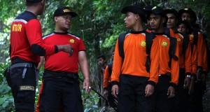 Anggota Badan SAR Nasional dari 20 kabupaten/kota di Provinsi Aceh mengikuti pelatihan aplikasi gunung hutan di kawasan Lange, Lampuuk, Kab. Aceh Besar, Rabu (1/10).