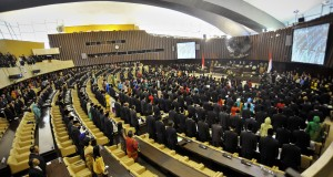 Anggota MPR-DPR-DPD RI mengikuti pengucapan sumpah jabatanyang dipimpin Ketua Mahkamah Agung Hatta Ali di Gedung Nusantara, Parlemen Senayan, Jakarta, Rabu (1/10).