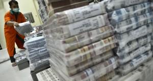 Petugas menata uang di cash center BNI di Jakarta, Kamis (30/10)