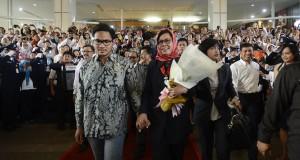 Direktur Utama (Dirut) PT Pertamina (Persero) Karen Agustiawan (tengah) meninggalkan kantor usai acara perpisahan disaksikan ratusan karyawannya di lobi kantor Pertamina Pusat, Jakarta, Selasa (30/9).