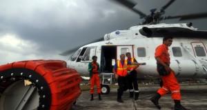 Sejumlah kru bersiap di sekitar Helikopter MI-171 milik Badan Nasional Penanggulangan Bencana (BNPB) sebelum terbang  di landasan Bandara Sultan Thaha Jambi.