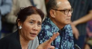 Menteri Kelautan dan Perikanan Susi Pudjiastuti (kiri) didampingi Ketua Umum Kamar Dagang Indonesia (Kadin) Suryo Bambang Sulisto menyampaika pandangan dihadapan pengusaha yang merupakan anggota Kadin di Jakarta, Kamis (30/10).