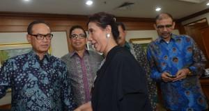 Menteri Kelautan dan Perikanan Susi Pudjiastuti (kedua kiri) berbincang dengan Ketua Umum Kamar Dagang Indonesia (Kadin) Suryo Bambang Sulisto (kiri) serta sejumlah pengurus sebelum pertemuan dengan anggota Kadin di Jakarta, Kamis (30/10).