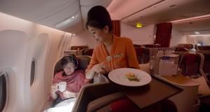 Pramugari melayani penumpang di kabin pesawat Garuda Indonesia dengan rute Haneda, Tokyo-Soekarno Hatta, Jakarta di Jepang, Selasa (28/10)