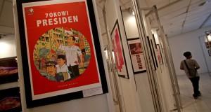 Pengunjung mengamati karya iklan cetak yang dipamerkan pada acara Pinasthika Creativestival XV di Taman Budaya Yogyakarta (TBY), Yogyakarta